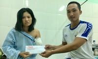 Phóng viên báo Tiền Phong trao 20 triệu đồng của một bạn đọc ở Kon Tum gửi tặng cô giáo Tiền