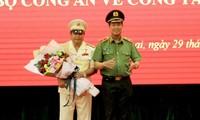 Thiếu tướng Lê Tấn Tới trao Quyết định bộ nhiệm đại tá Rah Lan Lâm (áo trắng) giữ chức Giám đốc Công an tỉnh Gia Lai