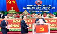 Đoàn Chủ tịch Đại hội bỏ phiếu bầu Ban Chấp hành Đảng bộ tỉnh Gia Lai lần thứ XVI. Ảnh: Đức Thuỵ