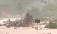 Cầu sắt ở xã Đắk Pne, huyện Kon Rẫy, Kon Tum bị cuốn trôi