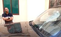 Kính trước xe ô tô bán tải của ông Thanh bị đập vỡ.