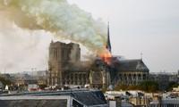 VIDEO: Lửa lớn bao trùm Nhà thờ Đức bà Paris