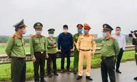 Trung tướng Đoàn Duy Khương (thứ hai từ trái sang) kiểm tra chốt chống dịch COVID-19. Ảnh: Hoàng Phong