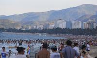 Du khách chen chân tắm biển Nha Trang
