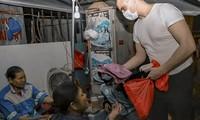 Chàng trai Tây giúp đỡ người vô gia cư ở Hà Nội