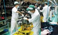 Dây chuyền lắp ráp xe máy tay ga SH ở khu công nghiệp Đồng Văn, Hà Nam (ảnh lớn); Hệ thống khóa thông minh của xe SH (ảnh nhỏ). Ảnh: PV.