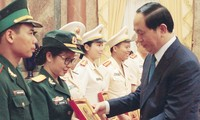 Chủ tịch nước Trần Ðại Quang trao tặng thiếu tá Ninh Thu Trang chân dung Chủ tịch Hồ Chí Minh (tháng 9/2016). Ảnh: Nguyễn Minh.