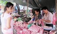 Giá thịt lợn bán tới người tiêu dùng cao là một phần do qua nhiều khâu trung gian. Ảnh: Bình Phương.