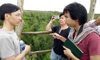 Nhà báo Thái Lan (phải) trao đổi với giảng viên ĐH Cần Thơ trong khi tham quan vườn quốc gia U Minh Thượng.