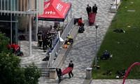 Lính cứu hỏa khiêng thi thể nạn nhân ra khỏi tòa chung cư. Ảnh: Daily Mail.