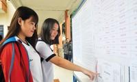 Thí sinh xem số báo danh dự thi kỳ thi THPT Quốc gia 2017 tại TPHCM. Ảnh: Nguyễn Dũng.