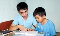 Em Lê Hữu Hiếu (trái) một trong những thí sinh đạt 3 điểm 10 ở Thanh Hóa đang hướng dẫn em trai ôn tập hè. ẢNH: PV.