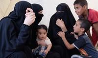 Vợ những chiến binh IS đang sống vật vờ cùng con thơ trong trại tị nạn ở Ain Issaa, Syria. Ảnh: CNN.