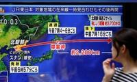 Một người đi đường ở Tokyo theo dõi tin về vụ phóng tên lửa của Triều Tiên sáng 15/9. Ảnh: Getty Images.
