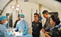 Thượng tướng Phạm Ngọc Minh đánh giá cao sự chuẩn bị của bệnh viện dã chiến của Việt Nam. Ảnh: Trần Nguyễn Anh.
