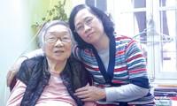 Bà Nguyễn Thị Lan và con gái Lê Thu Hằng. Ảnh: Kiến Nghĩa.