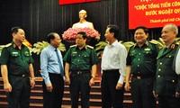 Lãnh đạo và nguyên lãnh đạo Nhà nước, Bộ quốc phòng trao đổi bên lề hội thảo.