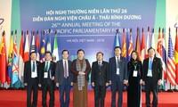 Phó Chủ tịch Quốc hội Tòng Thị Phóng chụp ảnh cùng các nghị sỹ dự phiên họp toàn thể đầu tiên ngày 19/1. Ảnh: TTXVN.
