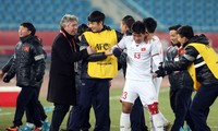 GĐKT Jurgen Gede chung vui với các cầu thủ sau chiến thắng lịch sử trước U23 Qatar. Ảnh: Hữu Phạm.