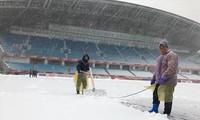 Nhân viên dọn tuyết trên sân Thường Châu chiều 25/1. Ảnh: N.P.