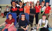 Nhóm tình nguyện viên các dân tộc đến từ xã Hòa Thắng.
