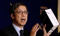 Ông Kazuyoshi Umemoto, trưởng đoàn đàm phán Nhật Bản về CPTPP, cầm trên tay phiên bản TPP ban đầu tại một cuộc họp báo hôm 20/2 ở Tokyo. Ảnh: Getty Images.
