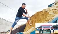 Thầy Nguyễn Tuấn Anh (trường THCS Nguyễn Thị Minh Khai, xã Krông Búk, huyện Krông Pắk) bị thôi việc gần 1 năm nay, phải đi phụ xe chở cát kiếm sống. Ảnh: Vũ Long.
