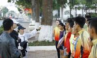 Các HLV đoàn Khánh Hòa hướng dẫn các học trò trước khi bước vào buổi tập sáng trên vùng đất Ban Mê. Ảnh: Như Ý.
