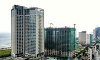 Nhiều dự án Condotel đang mọc lên dọc bãi biển Mỹ Khê, Đà Nẵng). Ảnh: Hồng Vĩnh.