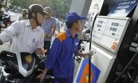 Người dân mua xăng tại cây xăng số 1 Trần Quang Khải-Hà Nội. Ảnh: Như Ý.