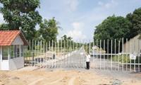 Tranh chấp đất đai, một nhà đầu tư bị dân rào lại bít cả lối vào tại Bãi Trường.