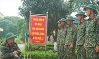Thiếu tá Nguyễn Văn Thanh (trái) hướng dẫn đồng đội sử dụng thước bắc cầu TMM-3M đa năng dùng pin sạc do anh sáng chế, nhằm rút ngắn thời gian thao tác bắc dỡ cầu, nhất là vào ban đêm. Ảnh: NGUYỄN MINH.