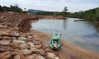 Sông Cửa Cạn đang bị lấn chiếm hành lang an toàn.