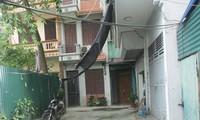 Ðất ao Cây Dừa đang được quây để ngăn cách với lối đi và nhà ở của các hộ dân ngõ 470/17 đường Nguyễn Trãi. Ảnh: K.N.