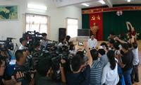 Ông Mai Văn Trinh, Cục trưởng Cục Quản lý chất lượng, Bộ GD&ÐT, giữa vòng vây của báo chí sáng qua. Ảnh: Nguyễn Hà.