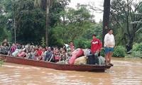 Người dân vùng bị ngập lụt được đưa đi sơ tán bằng thuyền. Ảnh: Vientiane Times.