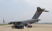 Chiếc máy bay vận tải C-17 Globemaster chở theo hài cốt lính Mỹ hạ cánh xuống căn cứ Osan ở Hàn Quốc.
