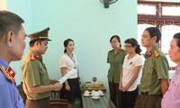 Gian lận thi cử ở Sơn La, Hà Giang là những sai phạm rất nghiêm trọng (Công an đọc lệnh bắt bà Nguyễn Thị Hồng Nga ở Sơn La).