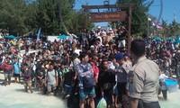 Hàng trăm khách du lịch đổ ra cảng để về đất liền. Ảnh: CNN.