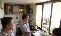 Ðoàn Giám sát ban Pháp chế HÐND thành phố kiểm tra tại chung cư cũ trên địa bàn quận Thanh Xuân.