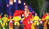 Ca sĩ, Hoa hậu Hà Kiều Anh trình diễn cùng vũ đoàn tại Gala 30 năm Hoa hậu Việt Nam.