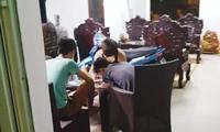 Trong một quán cầm đồ trá hình ở KTX Mỹ Đình, một nhóm sinh viên đang viết giấy cầm đồ. Ảnh: PV.