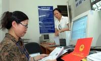 Văn phòng đăng ký nhà đất cấp giấy chủ quyền cho người dân.