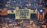"""Khẩu hiệu """"Catalonia không phải Tây Ban Nha"""" được treo trong cuộc trưng cầu ý dân vừa qua. Ảnh: ABC."""
