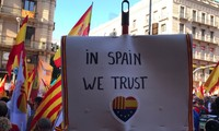 """Đám đông phản đối Catalonia độc lập giơ khẩu hiệu """"Chúng ta tin tưởng vào Tây Ban Nha. Ảnh: SBS."""