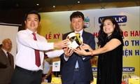 Ông Chung Hae-soung (giữa) tại lễ ký hợp đồng trở thành GĐKT CLB Hoàng Anh Gia Lai. Ảnh: VSI.