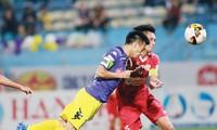 CLB Hà Nội (trái) trở lại ngôi đầu sau khi FLC Thanh Hoá mất điểm còn Quảng Nam phải tạm hoãn trận đấu với Than Quảng Ninh do mưa bão tại Tam Kỳ. Ảnh: VSI.