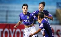 Văn Quyết (trái) ăn mừng bàn thắng mang lại chiến thắng cho Hà Nội FC trước Quảng Nam. Ảnh: VSI.