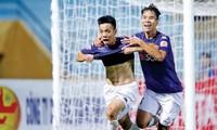 Đinh Thanh Trung (Quảng Nam) và Văn Quyết (Hà Nội) là 2 ứng viên sáng giá nhất cho danh hiệu Quả bóng vàng 2017. Ảnh: VSI.