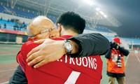 HLV Park Hang Seo ôm cầu thủ Lương Xuân Trường sau chiến thắng.